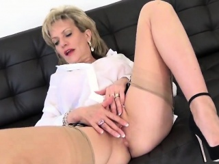 Inglorious uk grown up nipper sonia flashes the brush beamy breasts