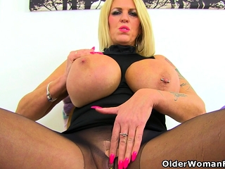 English cougar Shannon Blue finger plows her fanny