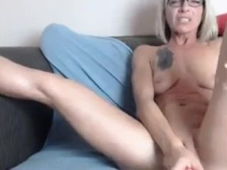 Super-sexy cougar jerking rock hard - xlivesluts.com