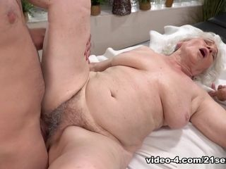 Norma in Magic mitts - 21Sextreme