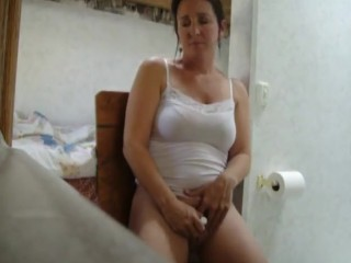 Wifey records herself draining, someone ambles in as she climaxes