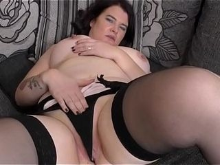 Curvy British housewife Dee Dee carrying-on thitthe brush the brush toys